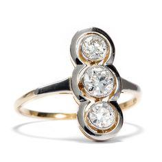Dreigestirn der Diamanten  - Traumhafter Diamantring in Gold & Silber, Jugendstil um 1910 von Hofer Antikschmuck aus Berlin // #hoferantikschmuck #antik #schmuck #antique #jewellery #jewelry