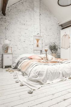 What's your home decor style? Take look at the characteristics of 6 different interior trends to help you choose your home decor style.    #homedecorstyles #decoratingstyles #interiordesignstyles #interiordecorating #interiorstyles Home Design, Interior Design, Simple Interior, Cute Dorm Rooms, Cool Rooms, Scandinavian Interior Bedroom, Minimalist Bedroom, Home Decor Styles, Decoration