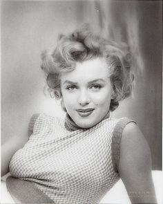 Marilyn Monroe - Photos de la sublime, divine et légendaire Marilyn Monroe. Entre charme,sensualité et glamour. Revisitez sa vie au travers de somptueux clichés et photos. Pas de biographie, juste de belles photos. Un hommage à Marilyn