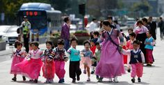 """20150924 - Crianças usam o """"hanbok"""", tradicional traje da Coreia do Sul, em Seul. Elas participam de uma campanha de incentivo do uso do traje para o próximo feriado de Chuseok, a versão coreana do Dia de Ação de Graças, que cai em 27 de setembro. PICTURE: Lee Jin-man/AP"""