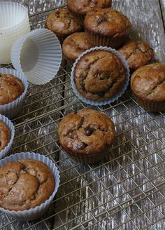 Grain-free banana muffins with peanut butter and honey! Gluten Free Brownies, Gluten Free Cookies, Gluten Free Baking, Gluten Free Desserts, Healthy Baking, Healthy Treats, Healthy Desserts, Muffin Tin Recipes, Baking Recipes