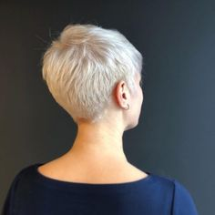 The pixie cut is the new trendy haircut! Put on the front of the stage thanks to Pixie Geldof (hence the name of this cup! Short Platinum Blonde Hair, Blonde Pixie Hair, Short Blonde Pixie, Short Sassy Hair, Short Grey Hair, Short Hair Cuts, Short Hair Styles, Platinum Pixie Cut, Pixie Haircut Fine Hair