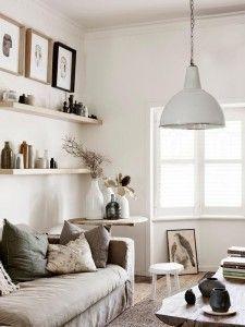 lampara-techo-industrial-blanca-salon-decorado-en-tonos-beige-y-tierra-estanterias-combinadas-con-cuadros