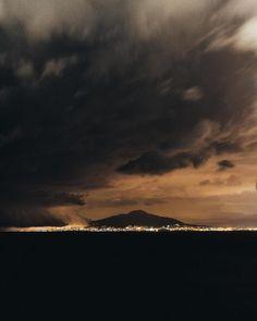 Incroyable spectacle cette nuit en face de #Naples. Deux monstres se rencontrent #Orage pour mes variations monomaniaques  #Vesuve