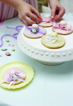 How to Make Easter Bonnet Biscuits by Amy-Beth Ellice #Easter #Baking #EasterBonnet #AmyBethEllice