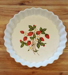 Sheffield Strawberries 'n Cream Quiche Plate by GrandmasTable Strawberry Kitchen, Strawberry Summer, Strawberry Decorations, Kitchen Goods, Kitchen Time, Strawberries And Cream, Cookie Jars, Strawberry Shortcake, Household Tips