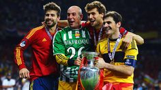 Pepe Reina wearing the Real Betis kit of the late Miki Roque