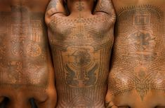 Traditional Thai tattoo in Bangkok, Thailand These tattoos are the writings of an Indian philosopher. They are thought to protect and bring good luck to the bearer Hawaiian Tribal Tattoos, Samoan Tribal Tattoos, Maori Tattoos, Geisha Tattoos, Irezumi Tattoos, Dragon Tattoos, Yantra Tattoo, Sak Yant Tattoo, Thailand Tattoo