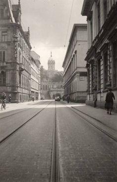 Ulica Teatralna - widok w kierunku Wzgórza Partyzantów. Po lewej wlot ul.Wierzbowej i budynek Banku Kredytowego Ziemskiego (nie istnieje)