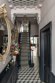 Victorian terrace house: Carol's home is full of colour, art and antique finds Victorian Terrace Hallway, Victorian Terrace Interior, Victorian House Interiors, Edwardian House, Living Room Victorian House, Edwardian Hallway, Victorian Rooms, Antique House, Antique Interior