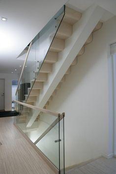 MELBY Spill // Vår prisvinnende designtrapp med trinn i laminert og formpresset eik. Stairs, Windows, Doors, Traditional, Glass, Home Decor, Stairway, Decoration Home, Drinkware