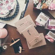 Muito amor no nosso trabalho! Kits camellia home sendo montados! Embalagens lindas!