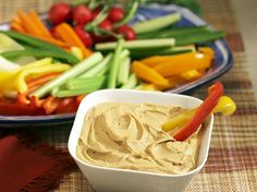 Low-Carb Snacks: Hummus and Red Bell Pepper Wedges Though they're often spotted together, hummus isn't married to high-carb pita bread. Spread cup of hummus onto wedges cut from one red bell pepper for a filling, tasty snack that has 16 grams of carbs. Yummy Snacks, Healthy Snacks, Yummy Food, Healthy Eating, Smart Snacks, Healthy Liver, Happy Healthy, Healthy Habits, Healthy Choices
