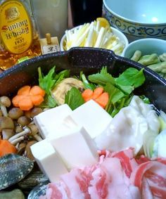 今宵。アヒル一家の団らんは、桜島美湯豚黒豚と、愛知の浅利が決め手のスペシャル寄せ鍋。さらに岡山名産お野菜、黄ニラを散らしてゴージャス & マーベラス(σ≧▽≦)σ キリッと冷えたハイボールで乾杯で~す。ほんまに有難う~ノシ - 8件のもぐもぐ - サンデーおうち鍋 by SunVerdir