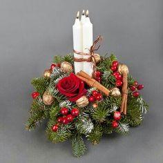 Christmas Candle Decorations, Christmas Flower Arrangements, Christmas Lanterns, Holiday Centerpieces, Christmas Flowers, Christmas Crafts, Christmas Wreaths, Diy Weihnachten, Christmas Inspiration