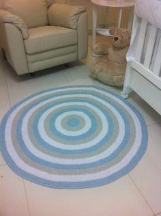 tapete confeccionado em croche, utilizando barbante de algodão,lavável. <br>cores: azul claro // cáqui e branco