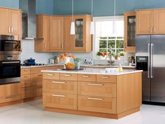 meubles cuisine Ikea en bois blond, îlot central, suspensions design et peinture bleue Plus