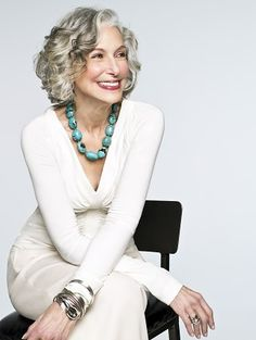 Smile is the best accessory. Going Gray is ok. Beautiful women with grey hair. Showing that age is just a number. Grey Wig, Gray Hair, Cooler Look, Advanced Style, Advanced Hair, Ageless Beauty, Going Gray, Womens Wigs, Tips Belleza