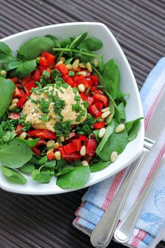 Hummus, chives, red bell pepper, pine nuts, on top of spinach. I'll be making a version of this tomorrow. Yummy.