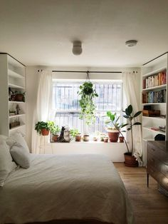 С умом подобранное постельное белье, книжная полка у кровати, наличие растений, а также другие хитрости, которые обеспечат вам бодрое пробуждение  в этой статье...