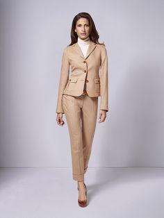 Tragen Sie den beigefarbenen DOLZER Hosenanzug sportiv kombiniert mit Rollkragenpullover in Ihrer Freizeit oder mit eleganter Bluse im Büro und im Business-Alltag. Mit diesem Allroundtalent sind Sie stets passend gekleidet.