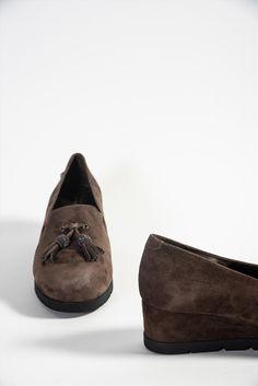 Γυναικεία δερμάτινα μοκασίνια της εταιρείας Stonefly. Διαθέτουν μαλακή insole με gel, η οποία έχει σχεδιαστεί για να μειώνει την κόπωση, διευκολύνοντας την κίνησή σας. Μια ξεκούραστη και ανάλαφρη επιλογή για να προσφέρουν άνεση όλη τη διάρκεια της ημέρας. Moccasins, Loafers, Flats, Shoes, Fashion, Penny Loafers, Travel Shoes, Loafers & Slip Ons, Moda