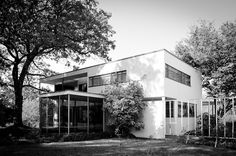 """Maison Walter Gropius, Lincoln, Massachusetts (1938). Dans la tradition de la """"modernité"""" blanche classique. Cubique, 2 étages, 1 toit-terrasse. #bauhaus #waltergropius"""