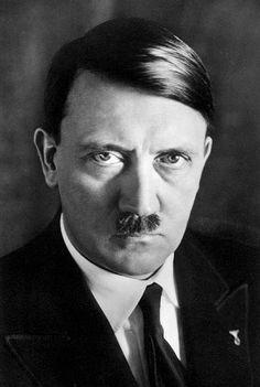 Hitleriä kutsuttiin führeriksi. Führer tarkoittaa johtajaa.