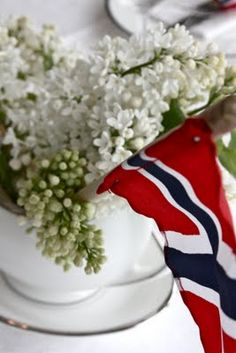 Det fine er at jeg har hvit syrin:) Så jeg kan lage noe sånt. Norway In A Nutshell, Cooking Contest, Constitution Day, Public Holidays, Visit Norway, My Roots, 70th Birthday, Style And Grace, Tablescapes