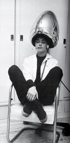 Photographed for LIFE in Audrey Hepburn, under the hair dryer, smokes a cigarette. While working on the film Sabrina, Audrey was shampooed every night and often conducted business with her agents while under the dryer. Divas, Classic Hollywood, Old Hollywood, Vintage Beauty, Vintage Hair, Sr1, My Sun And Stars, Katharine Hepburn, Audrey Hepburn Smoking