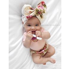 Precious little baby girl Cute Little Baby, Baby Kind, Pretty Baby, Little Babies, Cute Babies, Little Girls, Baby Kostüm, Baby Bows, My Baby Girl