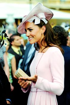 Kate Middleton Photos - Catherine, Duchess of Cambridge joins the Royal Family at Buckingham Palace to attend a garden party during the Queen's Jubilee. - Kate Middleton Gives a Garden Party Princesa Real, Princesa Diana, Kate Middleton Photos, Kate Middleton Style, Pippa Middleton, Princesse Kate Middleton, Herzogin Von Cambridge, Estilo Real, Stylish Hats