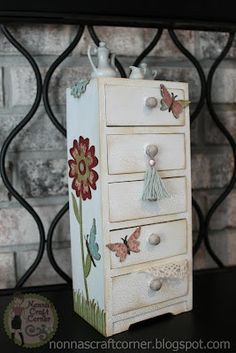 Nonnas Craft Corner: Project-Home Decor- This lady has some awesome Cricut projects