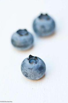 Ilva Beretta - Still: three blueberries on white ground summer fruit: blueberry . Fruit And Veg, Fruits And Veggies, Fresh Fruit, Food Photography Styling, Food Styling, Blueberry Farm, Best Fruits, Summer Fruit, Fruit Recipes