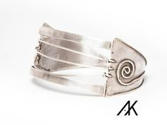 Double triangle silver bracelet, Photography by Lurdes Grive