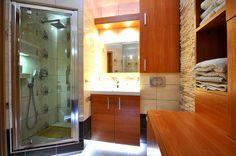 Łazienka w mieszkaniu czasem warto zrobić na wymiar kabinę prysznicową.