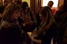 """Silvia Lombardo @almostrenta mentre autografa """"La ballata dei precari""""."""