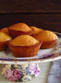 Queques de manteiga e limão | Food From Portugal. Sugerimos estes queques de manteiga e limão para um lanche com amigos! São fofos, muito saborosos, têm excelente apresentação e são perfeitos para servir com chá quente! #receitas #queques #limão