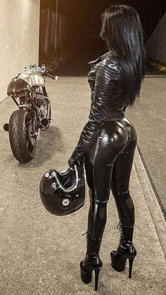 Incredible ass in black leather leggings Biker Chick, Biker Girl, Black Leather Leggings, Leather Boots, Motorbikes Women, Hot Bikes, Sexy Latex, Vw T1, Sexy Women