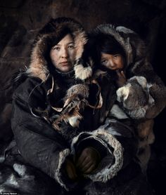 The ancient Arctic Chukchi tribe live on the peninsula of the Chukotka, Siberia. Picture of woman and child by Jimmy Nelson, Tribes Of The World, We Are The World, People Around The World, Around The Worlds, Jimmy Nelson, Susan Sontag, Indigenous Tribes, Mother And Child, World Cultures