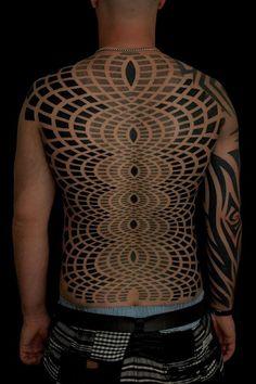 Los tatuajes geométricos y trivales más locos que abarcan grandes proporciones corporales 05