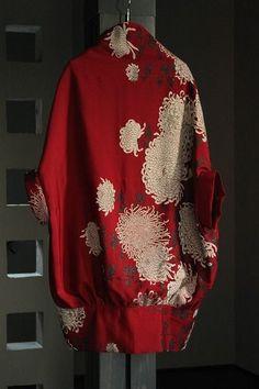 お召し縮緬の訪問着をリメイク○素材・・・表地、裏地/正絹○サイズ ・着丈/約80.5cm(首のつけ根後ろから裾まで) ・身幅/約80cm ・裾幅/約60cm ・裄丈/約48cm (着用画像を… Kimono Fabric, Kimono Dress, Modern Kimono, Silk Jacket, Online Fashion Boutique, One Piece Dress, Japanese Kimono, Japan Fashion, Kimono Fashion