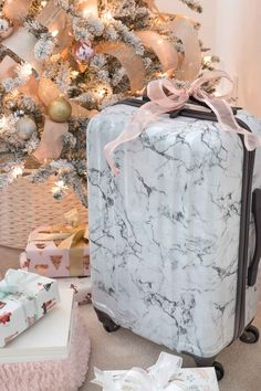 Christmas Gift Ideas for Teen Girls: Six No-Fail Presents! The prettiest marble carry-on suitcase at a great price! Perfect gift idea for teens! Inexpensive Christmas Gifts, Christmas Gifts For Him, Christmas Gift Guide, Christmas Wishes, Non Toy Gifts, Spa Gifts, Geek Gifts, Gifts For College Boys, Gifts For Teens