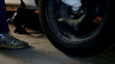 Cambiare una ruota con l'attrezzatura in dotazione