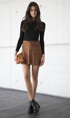5865e9c72 Look inspiração com saia + blusa gola alta + #botacanocurto para usar e  arrasar no
