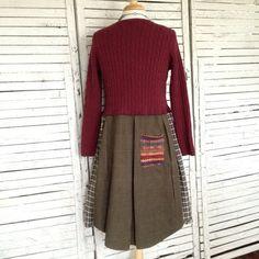 Diese lässige Pullover Tunika hat ein Cranberry rotes Kabel stricken Pullover aus Baumwolle für das Oberteil. Der Saum ist aus Cord Hemd und ein Flanellhemd in warmen grünen Moos zusammengesetzt. Große bunte Pullover Taschen vorne, einer kleinen in den Rücken.  Größe ist über mittlere bis große. Büste: über 38- 40, dehnbar Taille: ca. 38 Hüfte: ca. 60, Falten von der Taille Länge: ca. 36 vorne Mitte, 38 hintere Mitte, 33 kürzesten Stelle 37 / 38 Seiten Ärmel: ca. 22  Maschine waschen kalt…