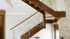 Escalera completa en madera maciza y barandilla de cristal y acero inoxidable. www.alpacasl.com/