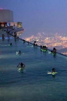 Impresionante piscina en un hotel de Singapur
