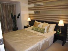 インテリアコーディネート ベッドルーム・寝室|優しいベージュに横ストライプのアクセントクロス。ミラーを合わせて、奥行きと輝きをプラス。