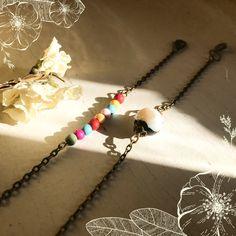 Apprenez à faire des bracelets pour l'été ! Un tuto simple et facile pour tous les débutants en Bijouterie Fantaisie. Arrow Necklace, Creations, Simple, Jewelry, Making Bracelets, Locs, Eggs, Jewlery, Schmuck